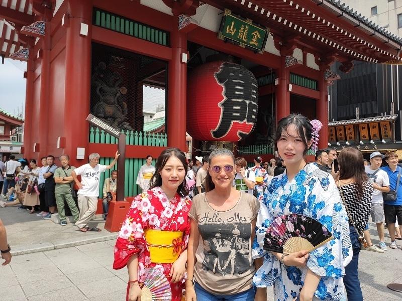 Templo Sensoji con Japonesas